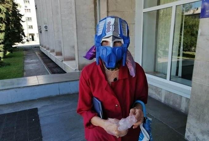 おばあちゃんが選んだ新型コロナ感染予防の最強マスクが、オプティマス・プライムの上下逆さまという斬新な発想‼️😂