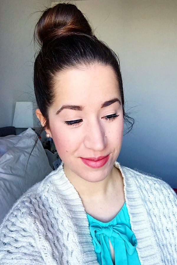Easy everyday makeup look for spring 2017 with a Messy Top Knot Bun
