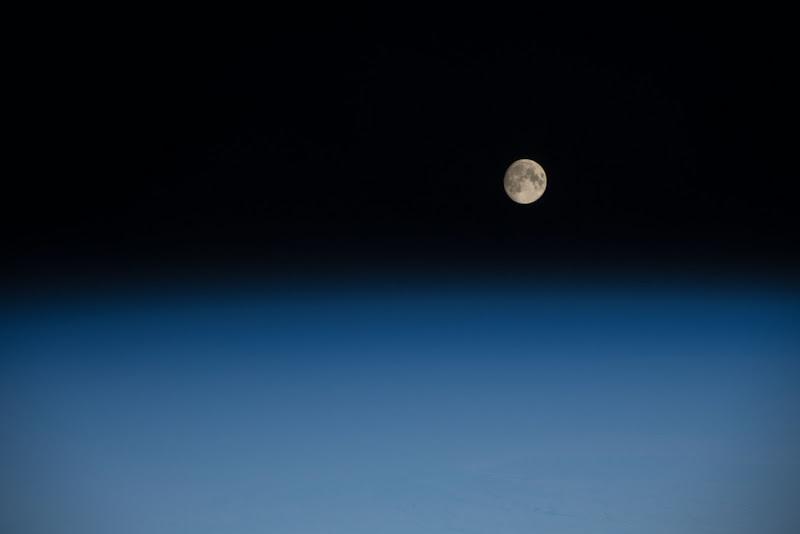 Mặt Trăng từ không gian. Các phi hành gia trên Trạm Không gian Quốc tế chụp được hình ảnh Mặt Trăng trương huyền gần tròn từ độ cao 400 km so với mặt đất. Hình ảnh được được chụp lúc trạm không gian đang bay bên trên Ấn Độ Dương, phía tây nam của Châu Phi, vào ngày 28 tháng 2 năm 2018. Hình ảnh: NASA.