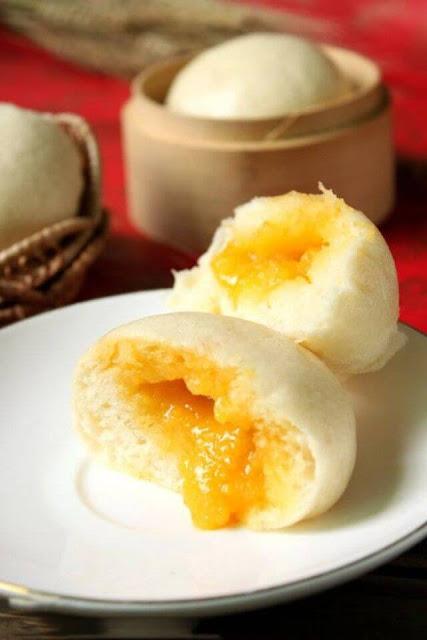 Cầm chiếc bánh nóng hổi trên tay, bẻ một nửa ra và cẩn thận để dòng nhân bên trong bánh không chảy ra ngoài. Món bánh với vị thơm thơm mặn mặn đặc trưng của trứng muối, vị ngậy ngậy của bơ sữa này là một hương vị cực dễ gây nghiện.
