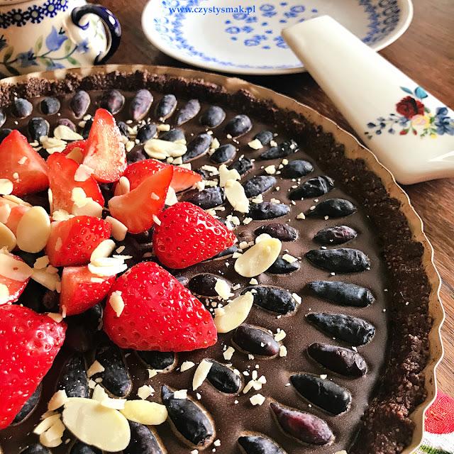 Tarta czekoladowa z jagodą kamczacką i truskawkami