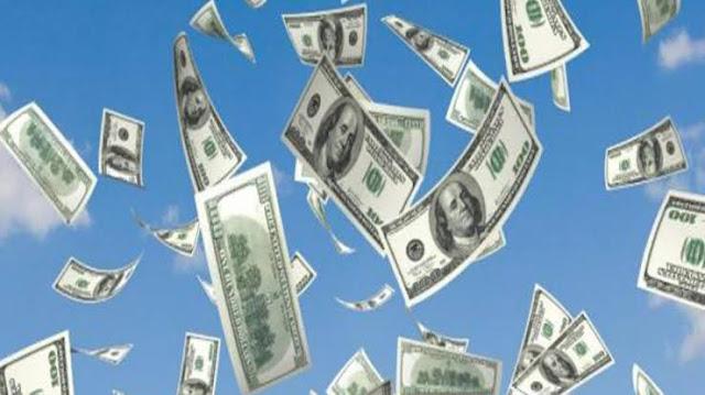 """قام بسرقة البنك والقى الاموال في الهواء صائحا """"عيد ميلاد سعيد"""" - موقع عناكب الاخباري"""