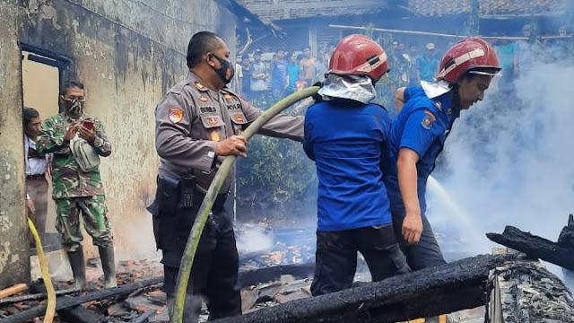 Kapolsek Pengadegan Turun Langsung Bantu Padamkan Api Kebakaran Rumah
