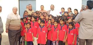 मानवता मिशन ट्रस्ट के तहत पूज्य रामानुजाचार्य ने 150 बच्चियों को गणवेश वितरित किये