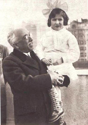 Alcalá Zamora con una niña durante la inauguración del grupo escolar
