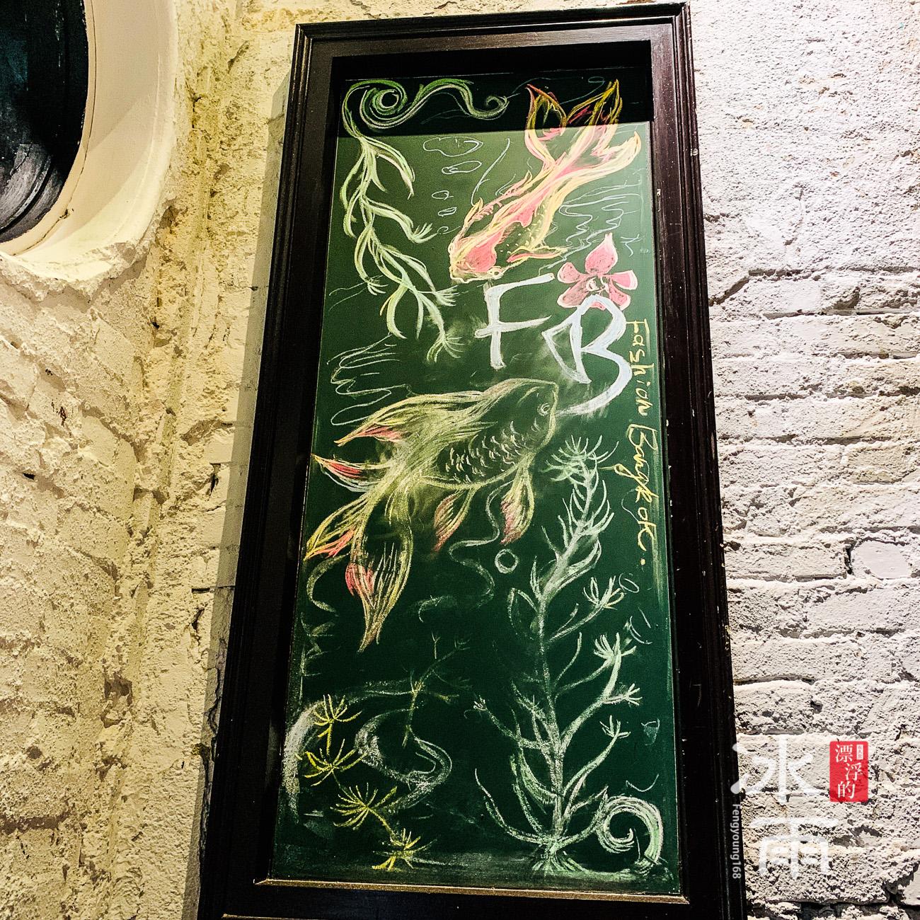 在轉角內還有一個小小的端景,跟門口的手繪相呼應
