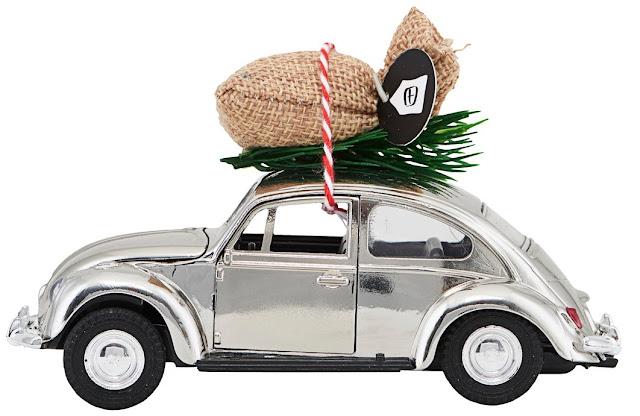 Miniaturka samochodu z choinką