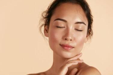 Η νέα τάση στο μακιγιάζ για το 2021 είναι το Skinimalism