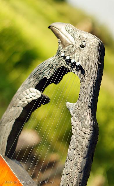 Готова новая удивительная работа. Эолова арфа (воздушная арфа, арфа духов, ветряная арфа) — струнный эолофон, инструмент звучащий благодаря колеблющему струны ветру.   Запись, к сожалению, не передает всех тонкостей и красоты звучания, музыка медитативная, переливчатая.   www.livemaster.ru/topic/2437605-voron-eolova-arfa-video?inside=1&wf=0&cp=1&vr=1  Аналогов в России мы не нашли, разве что в Пятигорске на горе Машук больше века стоит огромная эолова арфа в виде беседки (полюбопытствуйте). Поэтому, считаем себя начинателями и открываем новую серию необычных работ.  16 струн, 750х550х130мм Материалы: липа, береза, бук 2017