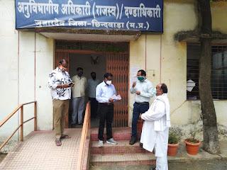एक लाख पचास हजार रुपये का चेक रोगिकल्याण समिति जुन्नारदेव को सौंप की मंगल की कामना