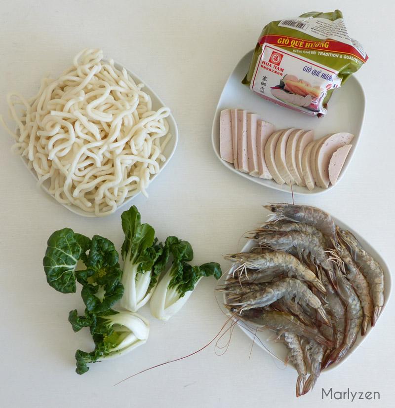 Udon, gio lua, pak choï et crevettes crues.