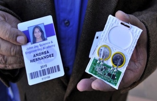 Identificación de estudiante con microchip localizador