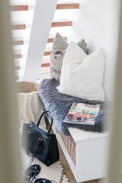 Meine Lieblingsecke im August oder Wohnflair im Treppenhaus, Pomponetti, dunkler schmaler Flur