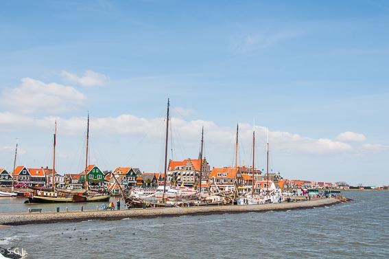 Llegando a Volendam en ferry. Excursion desde Amsterdam: Volendam, Marken y los molinos