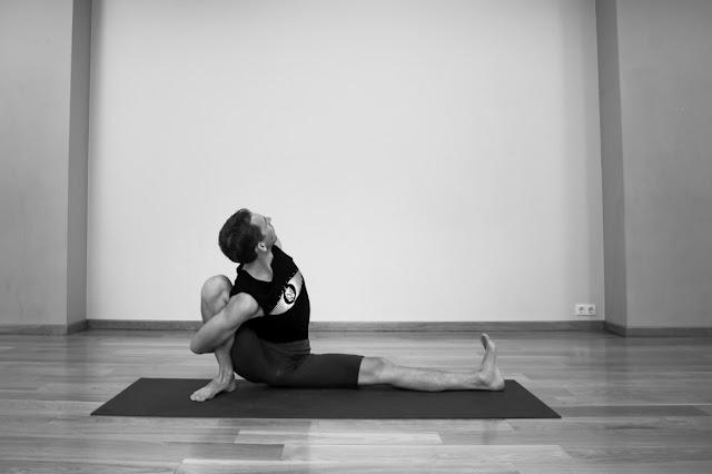 Mỗi ngày một tư thế Yoga || 47 Tư thế Thần cá một nữa 2