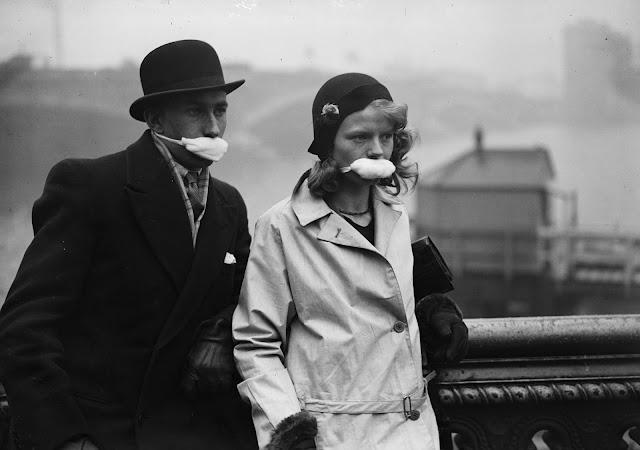 Londra'daki insanlar, 1932 dolaylarında İspanyol gribine yakalanmamak için maskeler takıyorlar. Bu, günümüzde hala dünya çapında insanların kullandığı önleyici bir yöntemdir