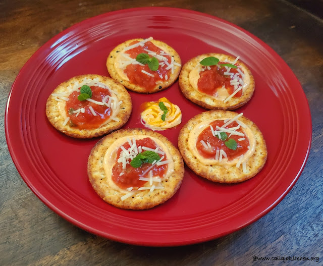 images of Crackers Topped with Spicy Mayo And Salsa / Ideas For Cracker Toppings / Easy Cracker Toppings / Easy Starters Recipes