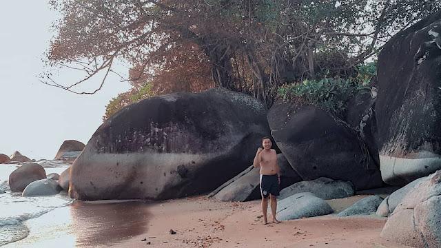 Batu-batuan besar menghiasi sepanjang bibir pantai bajugan
