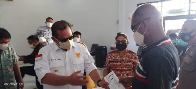 Elly Engelbert Lasut Serahkan Bantuan ke Warga dan Tenaga Kesehatan di Miangas.lelemuku.com.jpg