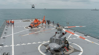 Sebuah helikopter mendarat di atas geladak kapal KRI Banda Aceh,di Laut Jawa (Foto: dok). Angkatan Laut Indonesia menangkap kapal China, Gui Bei Yu, di perairan dekat kepulauan Natura, Jumat (27/5) karena diduga melakukan penangkapan ikan secara illegal.