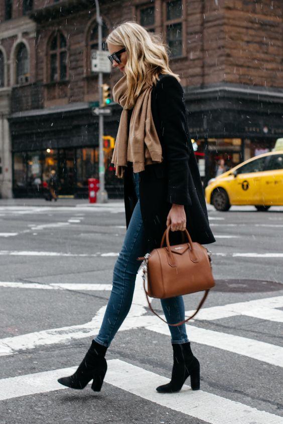 Look com calça jeans e bota