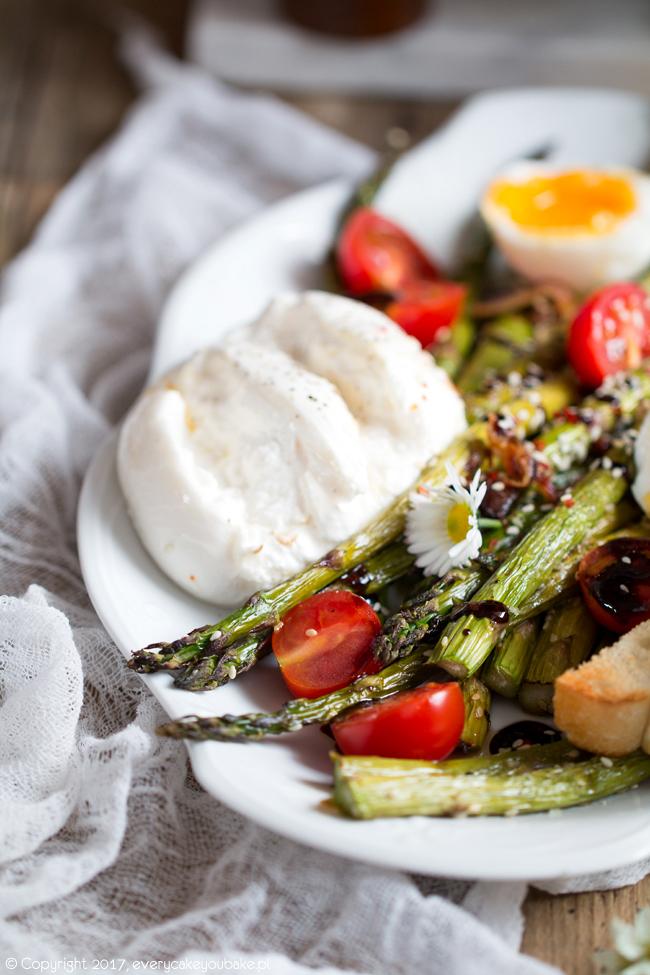 Sałatka z pieczonych zielonych szparagów z sezamem, jajkiem, pomidorkami i bekonem
