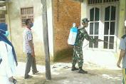Jelang Lebaran, Babinsa Bersma Pertugas Relawan Covid-19 Desa Sterilkan Fasilitas Umum dan Perumahan Warga