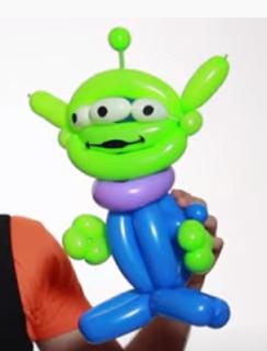Toy Story Alien-Figur aus Luftballons modelliert.
