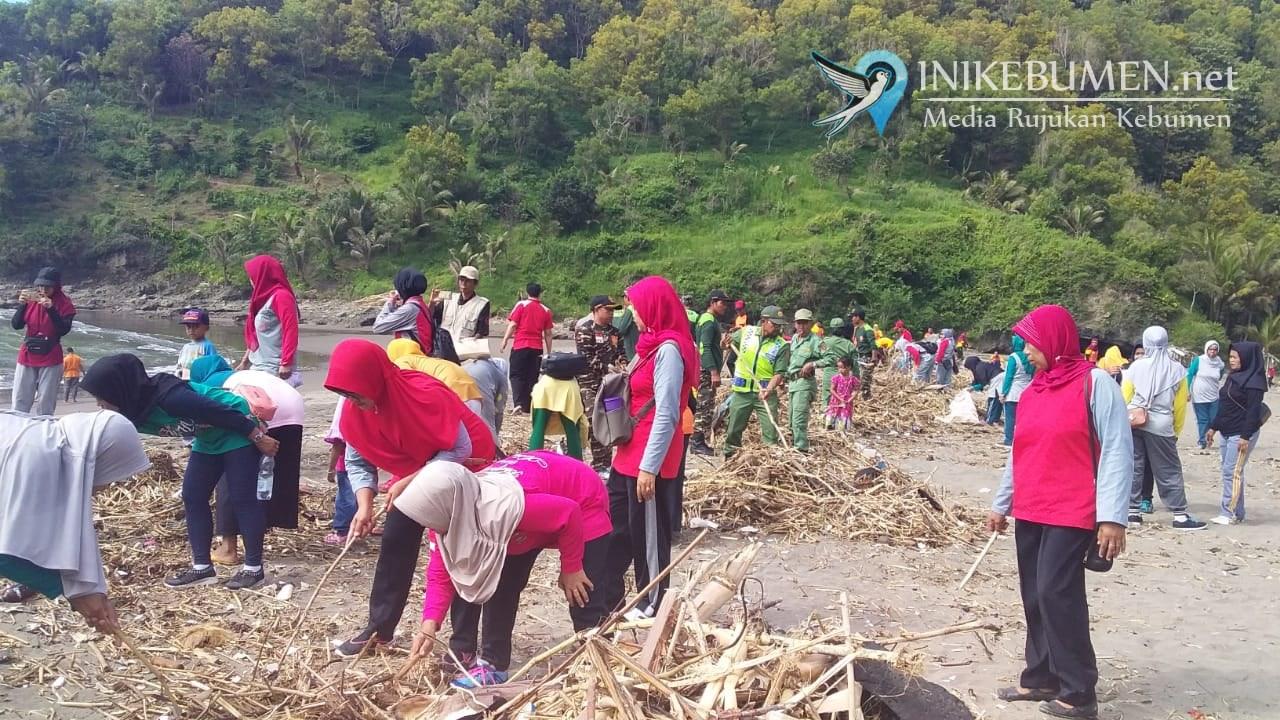 Bersama Warga, Polisi dan TNI Bersihkan Pantai Karangbolong