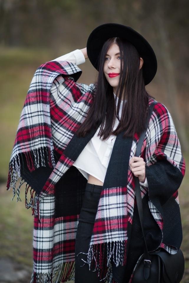 Ponczo w kratę | biała koszula | blogerka | krata | frędzle| kapelusz | stylizacja boho