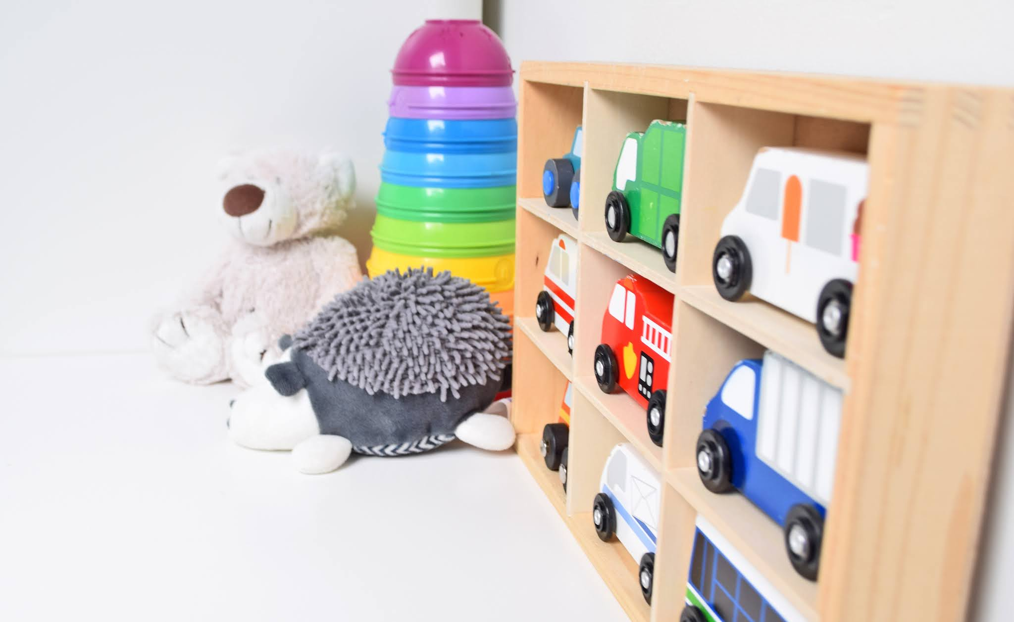 regał do pokoju dziecka na zabawki