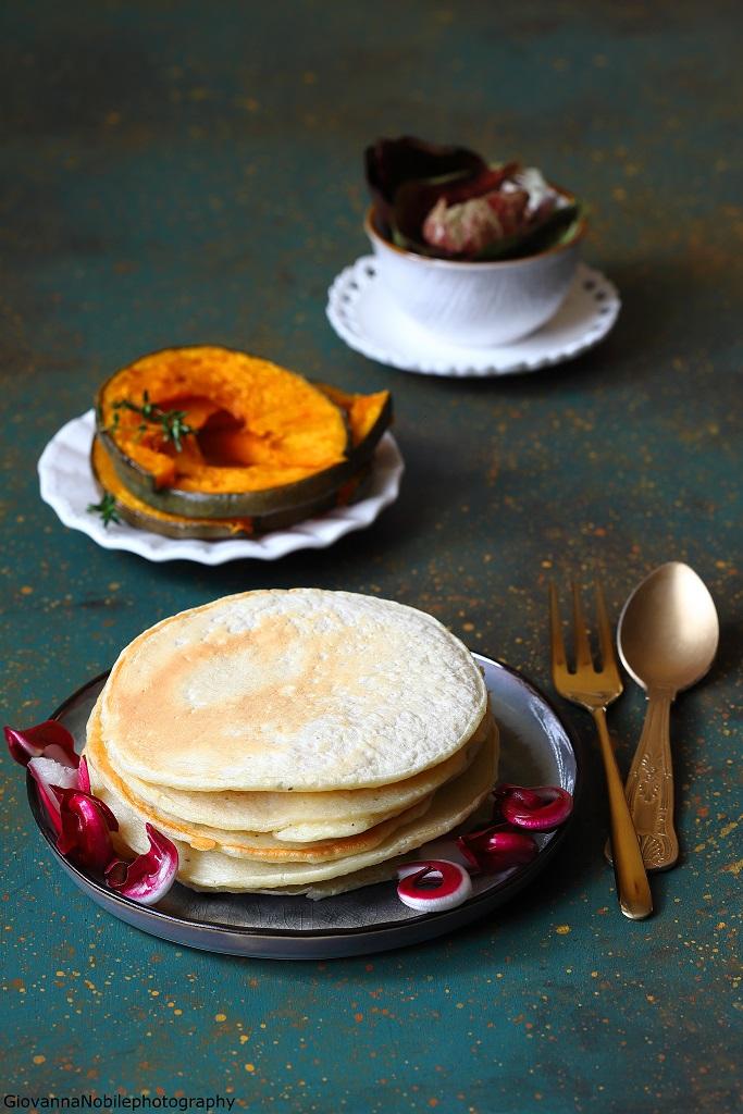 Pancake ai cipollotti con zucca e insalata