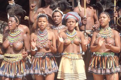 Les Ndébélés sont un peuple de l'Afrique du Sud du groupe des Ngunis. Ils vivent au nord-sud et à l'est de Pretoria ainsi qu'au Zimbabwe. Les Ndébélés se répartissent en trois nations distinctes