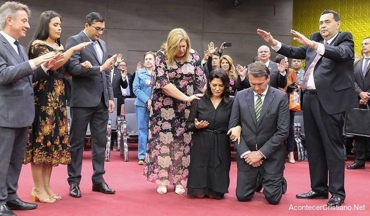 Presidente de Brasil se humilla ante Dios en culto y pastores oran por su gobierno