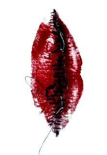 la bouche mise à la verticale évoque la sexualité (une vulve), la sensualité (un corset de femme), la brutalité (les mutilations sexuelles)