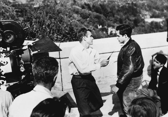 Foto dos bastidores do filme Juventude Transviada, de 1955.