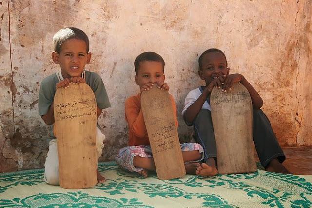 Anak-anak di Afrika Demi Belajar Mengaji, Gunakan Kayu untuk Menulis