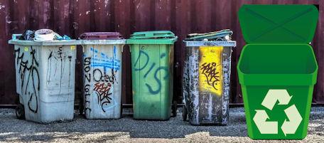 Siisti, hyvin hoidettu ja hoitamattomia kierrätyskeräilyastioita.