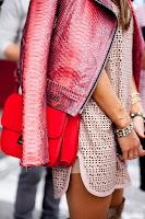 Blusão rosa e mala de ombro vermelha