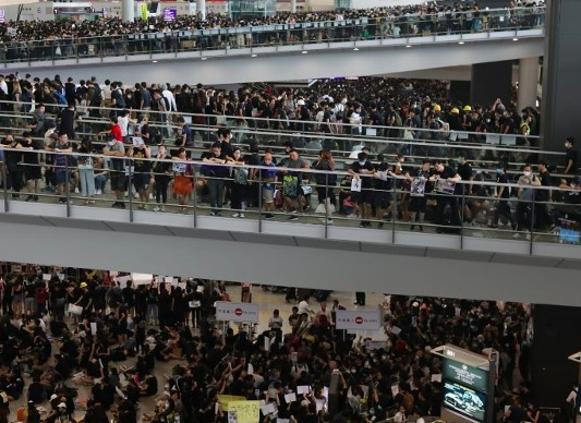 Puluhan Ribu Pengunjuk Rasa Blokade Bandara Hong Kong dari Segala sisi, Seluruh Penerbangan di Batalkan