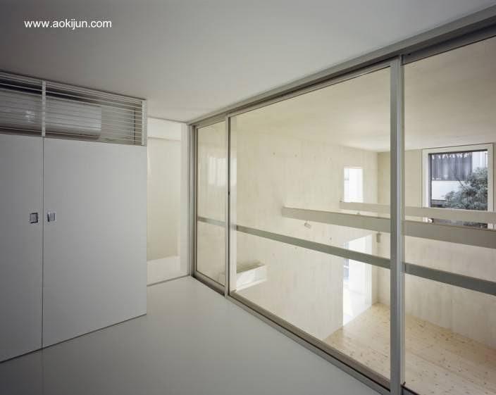 Vista desde la segunda planta por una pared vidriada