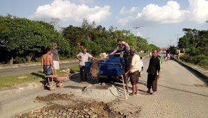 Warga Swadaya Perbaiki Jalan ke RSUD Tebo