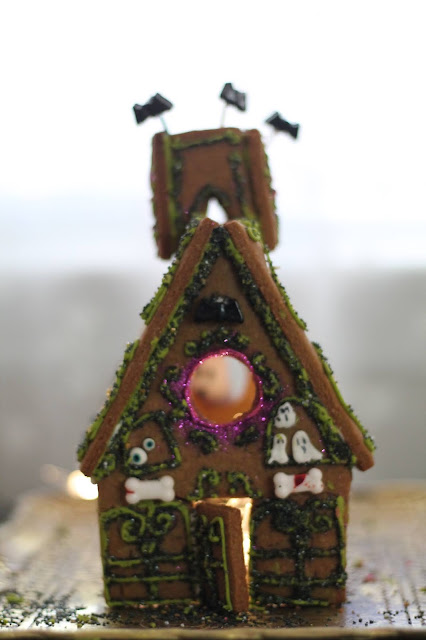 Gingerbread haunted house @www.thecookiecouture.com