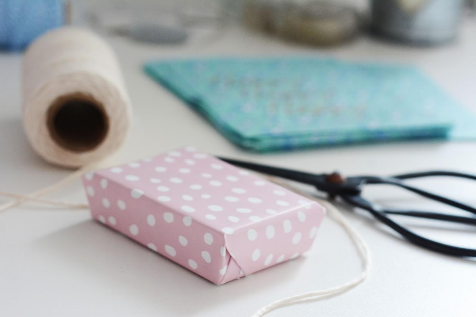 papier do prezentów Ikea, biały sznurek, nożyczki vintage, torebki Rice