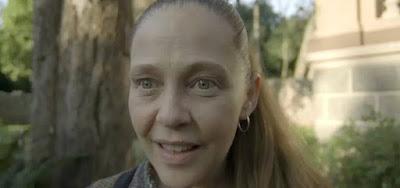 Judith (Isabela Garcia) reage ao ver a marca nas costas de Feijão em O Sétimo Guardião