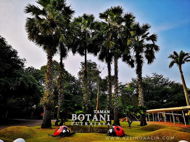 """ROYAL FLORIA PUTRAJAYA 2019 DI TAMAN BOTANI PRECINCT 1 PUTRAJAYA -  Assalamualikum dan selamat sejahtera semua. Alhamdulillah, semalam dengan izinNYA mummy berkesempatan menghadiri ke Majlis Pra Pelancaran Royal FLORIA Putrajaya 2019 yang di anjurkan oleh Perbadanan Putrajaya (PPj). Berbeza tahun ini dan tahun sebelumnya, kerana pada tahun 2019 ni ROYAL FLORIA PUTRAJAYA bukan berada di Presint 4 lagi. Tetapi, ROYAL FLORIA PUTRAJAYA 2019 BERADI DI TAMAN BOTANI PRECINCT 1 PUTRAJAYA  ROYAL FLORIA PUTRAJAYA 2019 DI TAMAN BOTANI PRECINCT 1 PUTRAJAYA    Meriah stage dengan bunga-bungaan. Hati mummy pun turut berbunga...cewahhhhhh gituuuuuu ! Oh ya, semasa PRA PELANCARAN ROYAL FLORIA PUTRAJAYA 2019 DI TAMAN BOTANI PRECINCT 1 PUTRAJAYA ramai dif-dif kehormat yang turut hadir sama.       ROYAL FLORIA PUTRAJAYA 2019 DI TAMAN BOTANI PRECINCT 1 PUTRAJAYA yang di sempurnakan oleh YB Tuan Haji Khalid bin Abd Samad - Menteri Wilayah Persekutuan, YBhg. Datuk Seri Haji Saripuddin bin Kasim - Ketua Setiausaha Kementerian Wilayah Persekutuan dan Datuk Dr. Aminuddin bin Hassim - President PPj      ROYAL FLORIA PUTRAJAYA 2019 (RFP 2019) ini merupakan edisi ke 11 penganjurannya di Putrajaya ini. Dan, kali ini ianya bertemakan MOTHER OF ALL GARDENS, di mana festival ini akan mengetengahkan orkid dan juga bonsai sebagai bunga tema festval ROYAL FLORIA PUTRAJAYA 2019 DI TAMAN BOTANI PRECINCT 1 PUTRAJAYA    Matlamat utama ROYAL FLORIA PUTRAJAYA 2019 (RFP 2019) adalah untuk memperkukuhkan dan menjenamakan imej Putrajaya sebagai """" Bandar raya Berbunga""""   BILAKAH ROYAL FLORIA PUTRAJAYA 2019 DI TAMAN BOTANI PRECINCT 1 PUTRAJAYA DI ADAKAN?     Bilakah ROYAL FLORIA PUTRAJAYA 2019 DI TAMAN BOTANI PRECINCT 1 PUTRAJAYA diadakan? Haaa...semalam pun masa mummy up status pelancaran ROYAL FLORIA PUTRAJAYA 2019 DI TAMAN BOTANI PRECINCT 1 PUTRAJAYA, ramai yang bertanyakan pada mummy. Bila nak start Royal Floria ni? Semua tak sabarkan...ye lah bukan selalu pun ROYAL FLORIA PUTRAJAYA 2019 DI TAMAN BOTANI PRE"""
