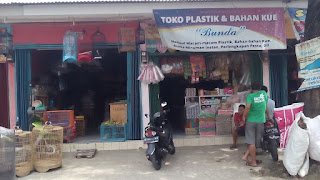 berjualan plastik dan bahan kue di toko