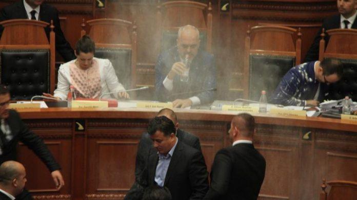 Σκηνές «Χάους» στην αλβανική βουλή (Βίντεο)