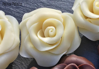 recette de chocolat plastique, modelage roses en chocolat, tutoriel vidéo roses en chocolat, tutoriel en images roses en chocolat, comment faire des roses en chocolat, modeling roses chocolate video, technique roses en chocolat en vidéo, patissi-patatta