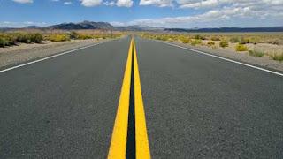 सड़क पर दो पीली सीधी पट्टियां एक साथ होने का मतलब (Meaning of two yellow straight lines both on road)